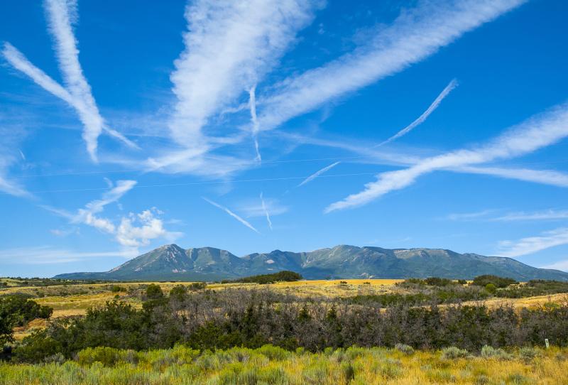 天不再蓝了,这是阴谋论者常说的,哪怕当时万里无云,也没有飞机,他们仍然这样觉得。