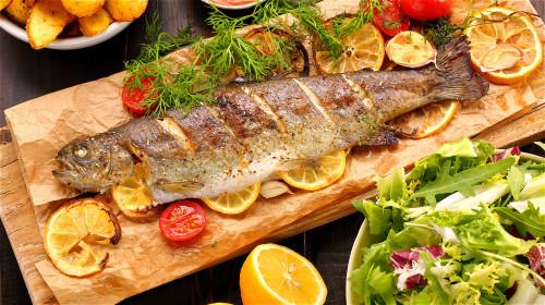 长期坚持吃多脂鱼可以预防冠心病,年轻人最好养成爱吃鱼的习惯。