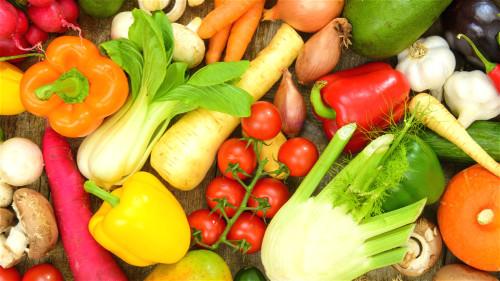 平时应多吃新鲜的水果和蔬菜,少吃烟熏烧烤的食品。