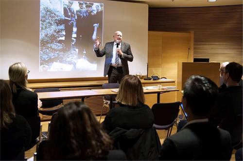 人权调查记者及作家伊森·葛特曼(Ethan Gutmann)在研讨会上发言