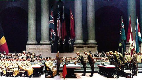 1945年9月9日,在南京中華民國政府陸軍總部舉行中國戰區日本投降簽字儀式,國軍參謀總長、陸軍總司令何應欽上將代表蔣委員長受降。