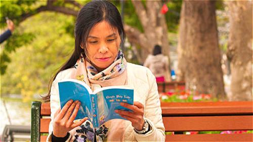 一位越南女记者阿方,曾经顽疾缠身、面临失明,但后来重见光明。
