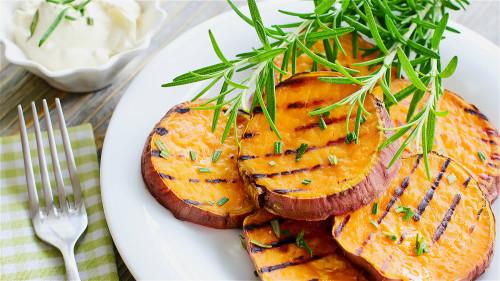 多吃红薯对身体有许多好处,但是也有诸多禁忌要注意。