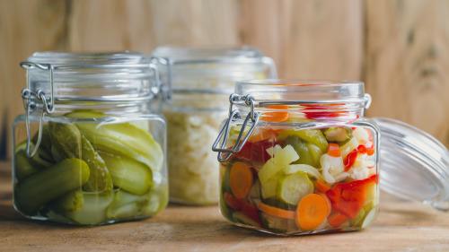 腌制食物需要大量食用盐,不利高血压患者。