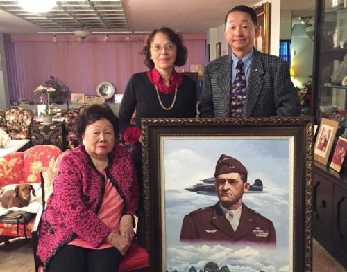 飞虎将军陈纳德的遗孀陈香梅(左)晚年住在华府,驻美中将顾问田在劢(右)2015年前往她的寓所探视时,与她和陈香梅的二女儿陈美丽(中)合影留念。
