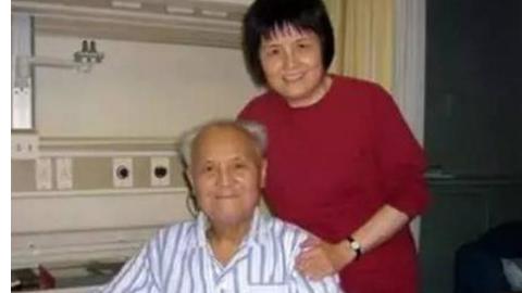 李锐生前与女儿李央南合影。(推特图片)