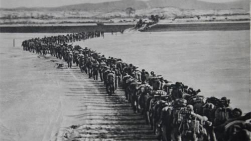 """中国军人渡过鸭绿江赴朝鲜""""抗美援朝"""""""