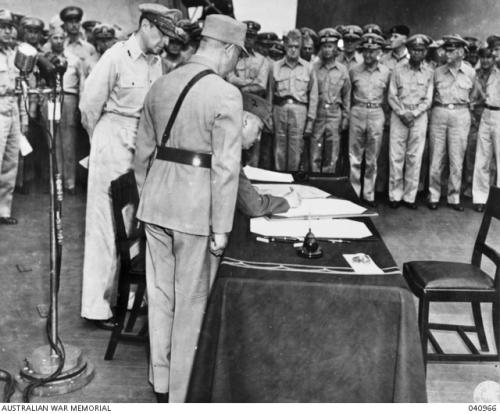 1945年9月2日,徐永昌將軍在日本投降書上簽字。身後是麥帥麥克阿瑟。