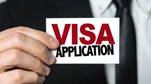 以前中国人要到美国探亲访友、旅游,签证官的审核会严格一些,但是这几年比较开放了。其实,办理美签时也会发生一些趣事喔!