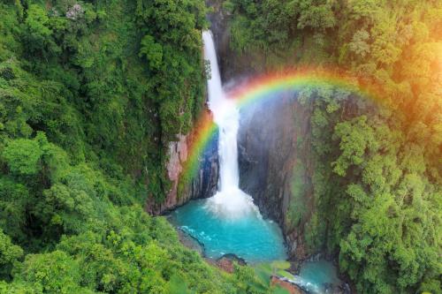 从瀑布当中浮现出来的光之女神幻影。