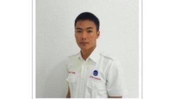 為了確保飛機在強震之後能成功起飛,21歲機場塔臺空管員安托尼奧斯堅持到最後一刻,但不幸殉職了