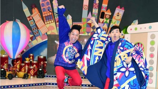 """艺人黄子佼(左)、卜学亮(右)合体主持华视全新综艺节目""""超级同学会"""",10日在台北出席开播记者会,为节目宣传造势。"""
