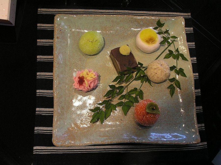 入住日本温泉旅馆时里都会发现房里有一份附送的小点心。