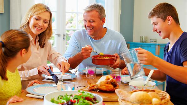食用过饱容易使肠胃受损,出现肥胖,引发三高疾病,从而影响人的寿命。