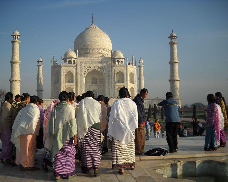 参观泰姬陵的游客。