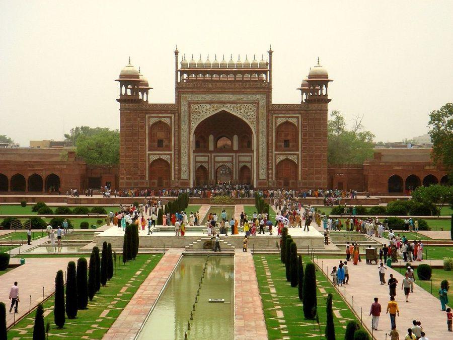 陵墓大门(Darwaza-i rauza)为泰姬陵的主入口。