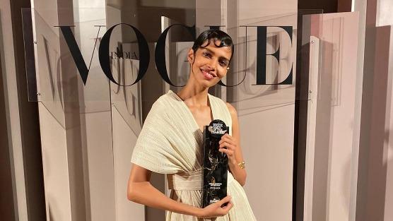 """这位年仅27岁的印度裔超模普贾莫尔(Pooja Mor)出席了一场由《时尚》(Vogue)杂志所举办的年度女性颁奖礼,接受""""2019年度青年最佳成就奖""""的表扬,她在致获奖词中,亲揭中共侵害人权的真相。"""