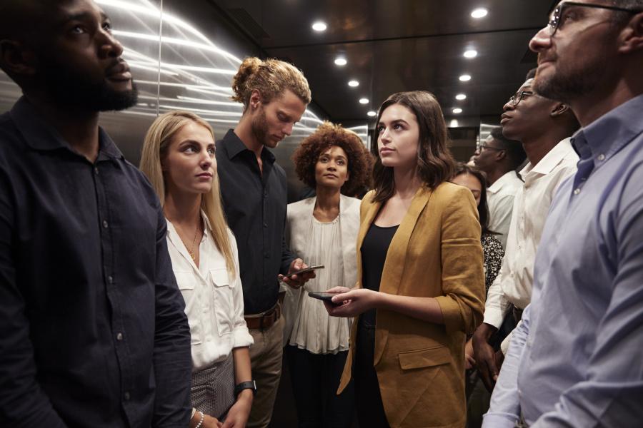 乘電梯時,為什麼人總往上看。