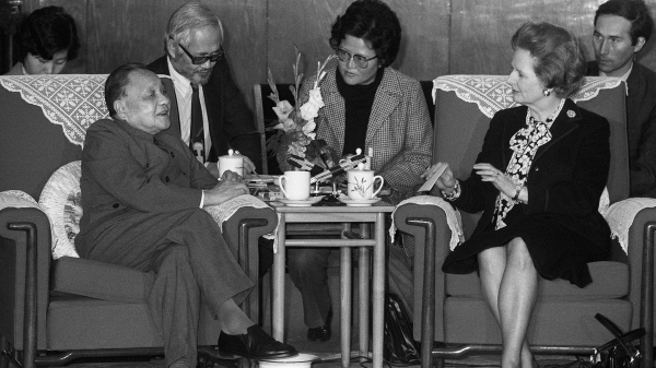 香港、英国和世界更被邓小平的一国两制论欺骗。