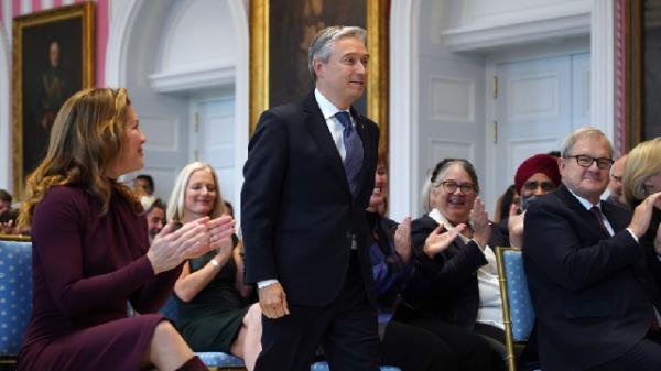 2019年11月20日,商�i�w在加拿大渥太�A宣誓就�加拿大外交部�L。