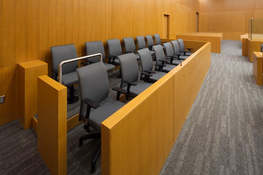 Paul坚持英国的陪审制度,它就应该由普通市民进行审理。