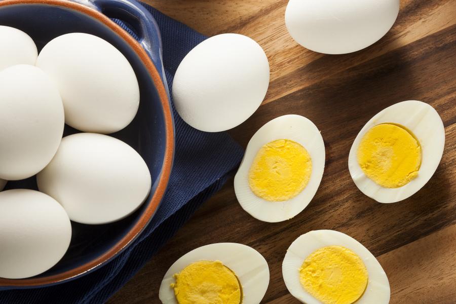 鸡蛋本来非常脆弱、一碰就碎,但放进热水后,它就变得很坚硬。