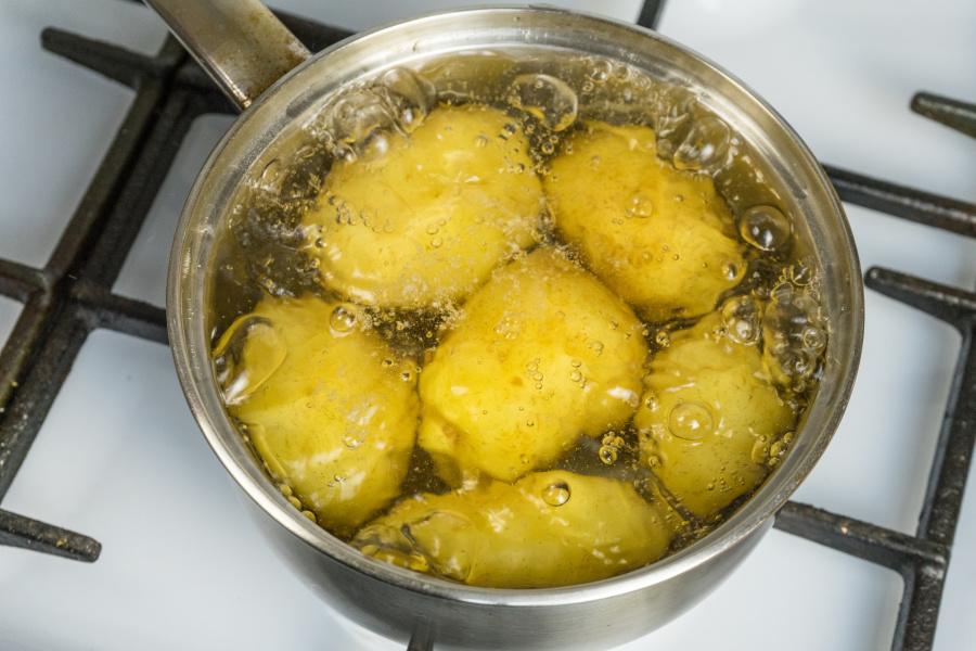 在第一个锅子里放入马铃薯。