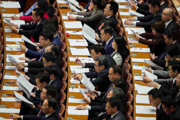 中国官员学术造假、假学历丑闻不断,据指,若要严惩连中央政治局开会人数都凑不齐。