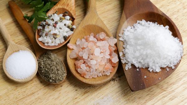 食鹽是無機純淨物,是可以永久儲存的。