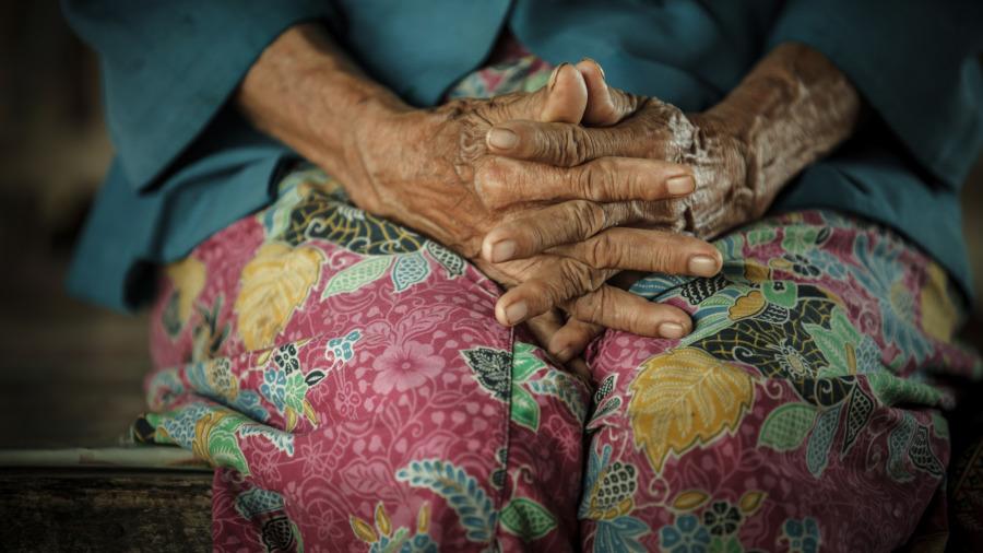 老母亲分财产:钱给老大、房给老二、最孝顺的老三却只拿到一封信!