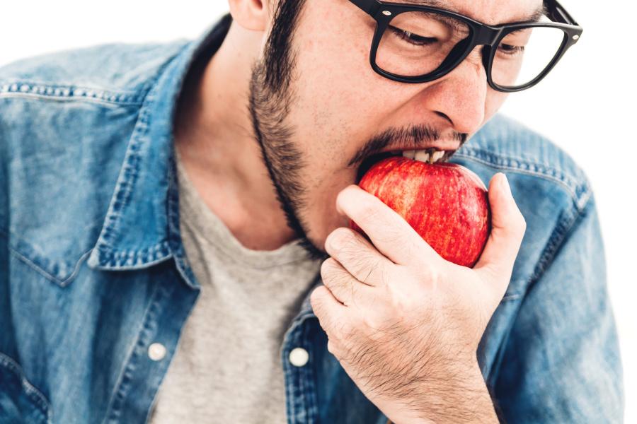 一个男人吃饭不懂谦让,人品也一定堪忧。