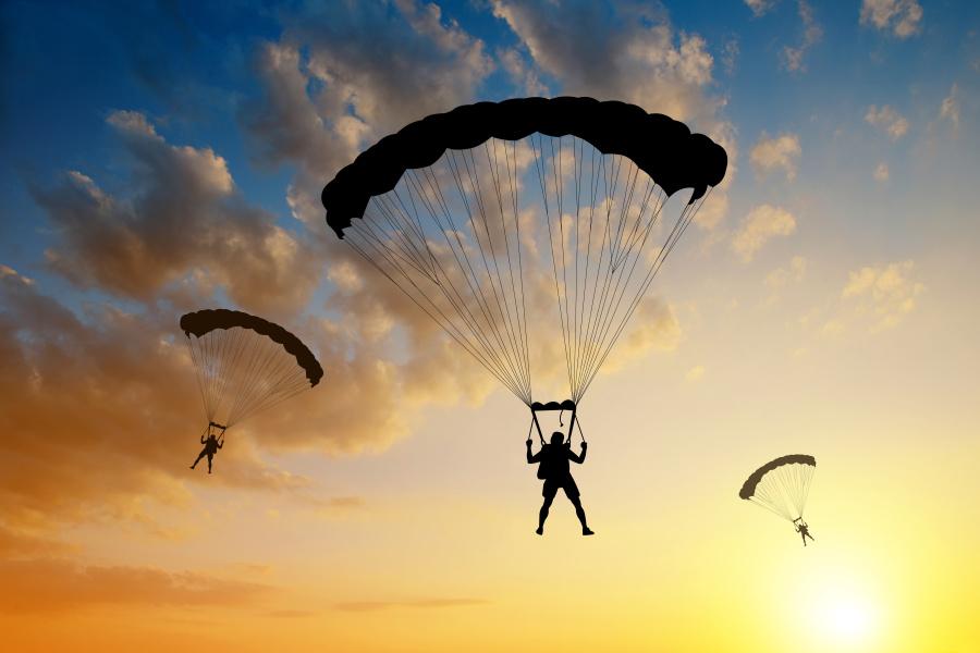 客机乘客慌忙打开舱门想要跳伞逃生,这个时候会出现什么情况呢?