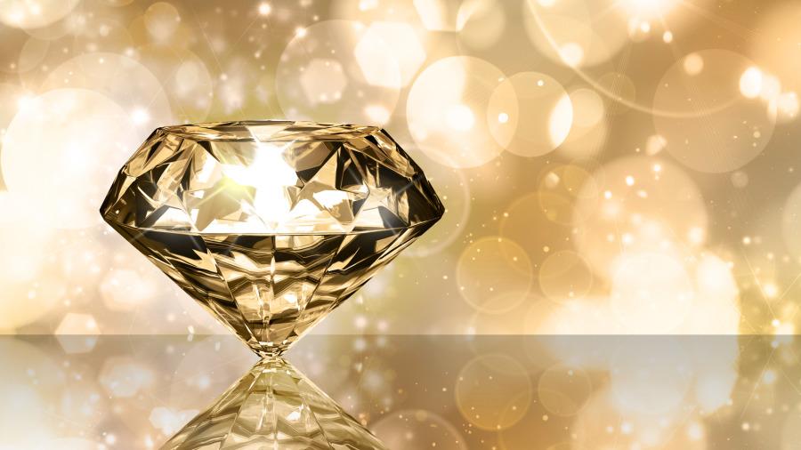 非洲女孩向遊客遞鑽石,別亂買,有原因。
