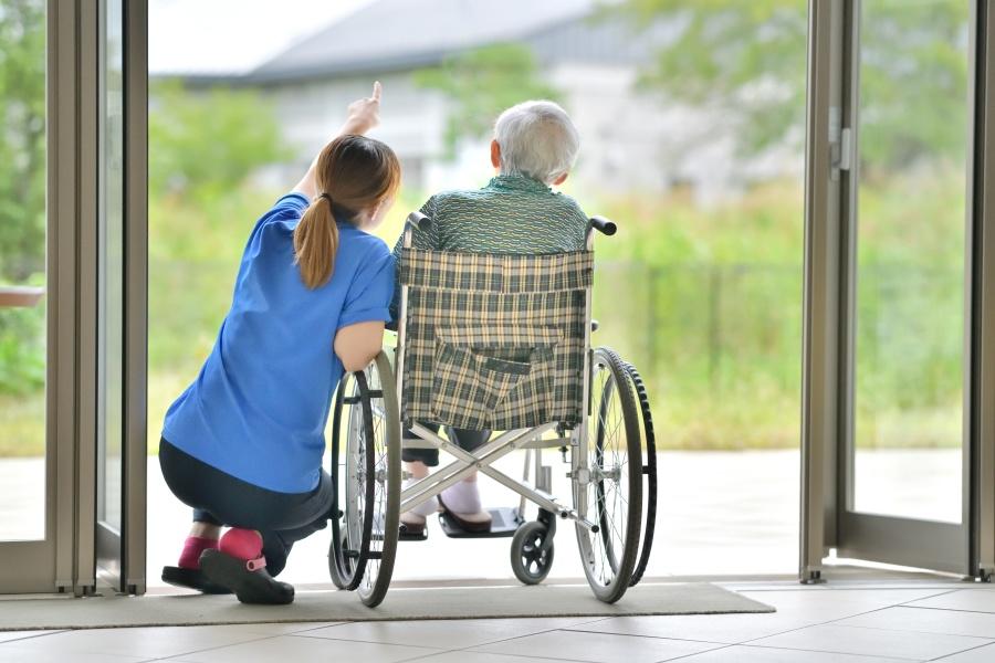 日本有很多无儿无女,或子女不在身边的独居老人。