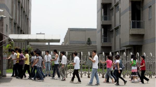 卫报:富士康雇用学生超时工作(图)