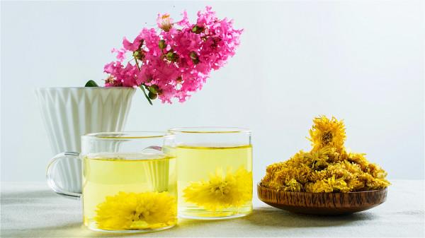 菊花茶能清热解毒、缓解疲劳,可以加上薄荷冲泡,效果非常不错。