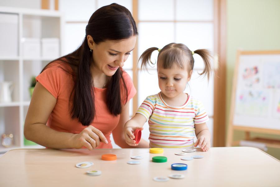 许多专家会认为,或许由于缺乏生理功能和语言系统的支持,幼童的早期记忆相对难以保存下来。