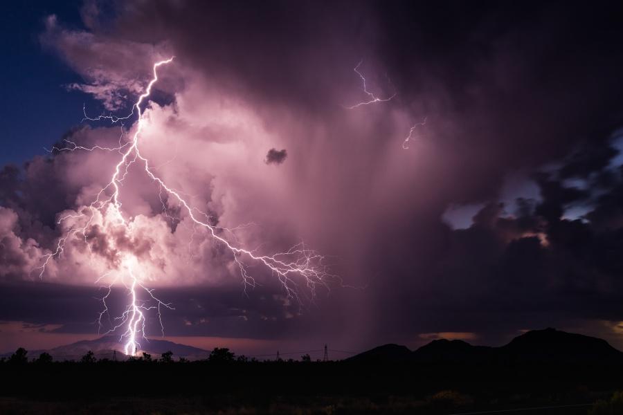 英国一位13岁的男孩在13号星期五的13点13分被雷电击中。