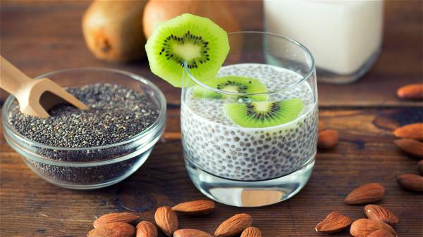 在蔬果汁中加入奇亚籽饮用,有助于改善便秘的症状。
