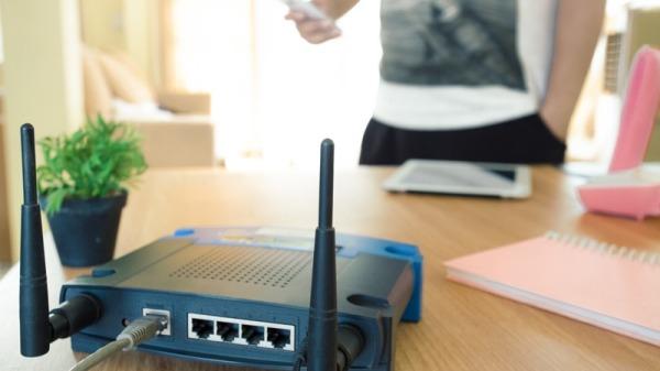应该考虑路由器在房间中摆放的位置,防止信号变弱。