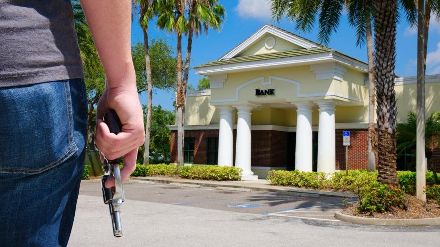 波音工程師連搶30家銀行,他的墮落,源於一次手術。