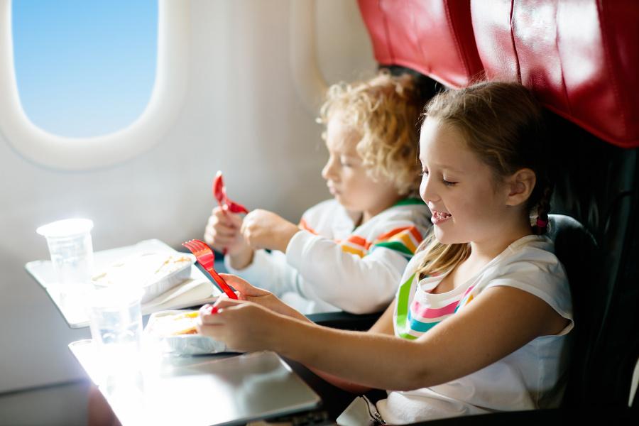 两岁以上的小朋友在上飞机后就有玩具可玩,而且可以带下飞机做纪念。