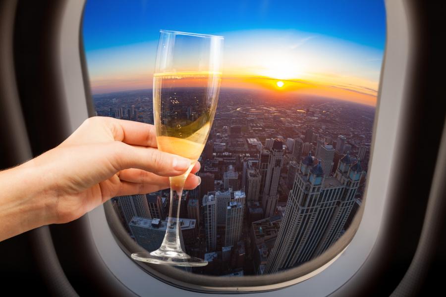 喝酒不是商务舱乘客专属的权利,经济舱也有餐前酒、葡萄酒、烈酒、饭后甜点酒。