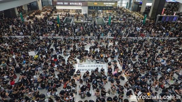 """8月12日香港""""反送中""""运动支持者在国际机场集会(看中国摄影:李天正)"""