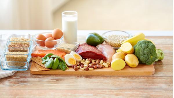 肾友遵照营养师饮食计划食用蛋白质类食物来源,以高生理价值蛋白质为首选。