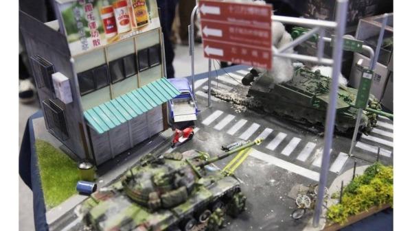 军迷模型反制 国军战车新北街头击毁共军(组图)