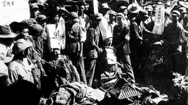 文革中,红卫兵砸烂烧毁庙宇文物
