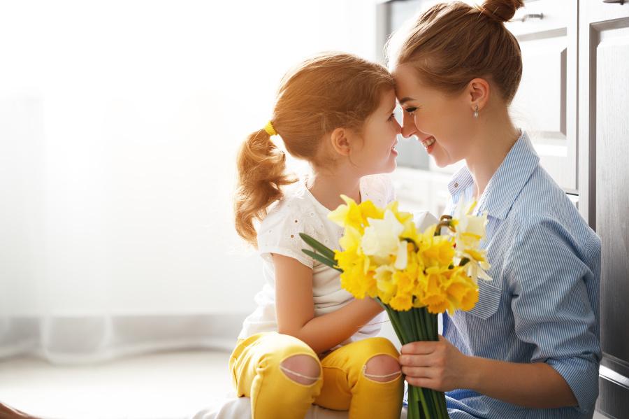 妈妈在孩子们面对危险时爆发出的母性令人啧啧称奇,这一切都是因为女性体内与生俱来的天性-伟大的母爱。
